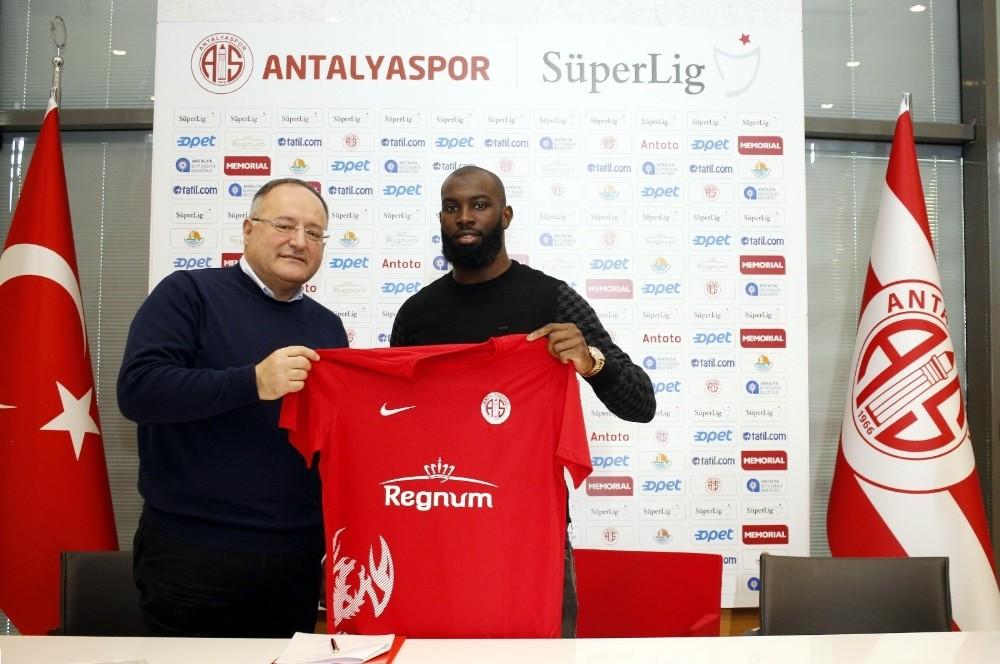 Antalyaspor'un yeni transferi Doukara imzayı attı