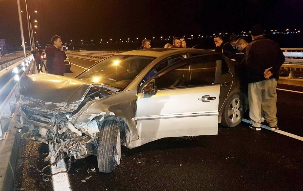 Bariyerlere çarpan otomobilin sürücüsü araç içinde sıkıştı