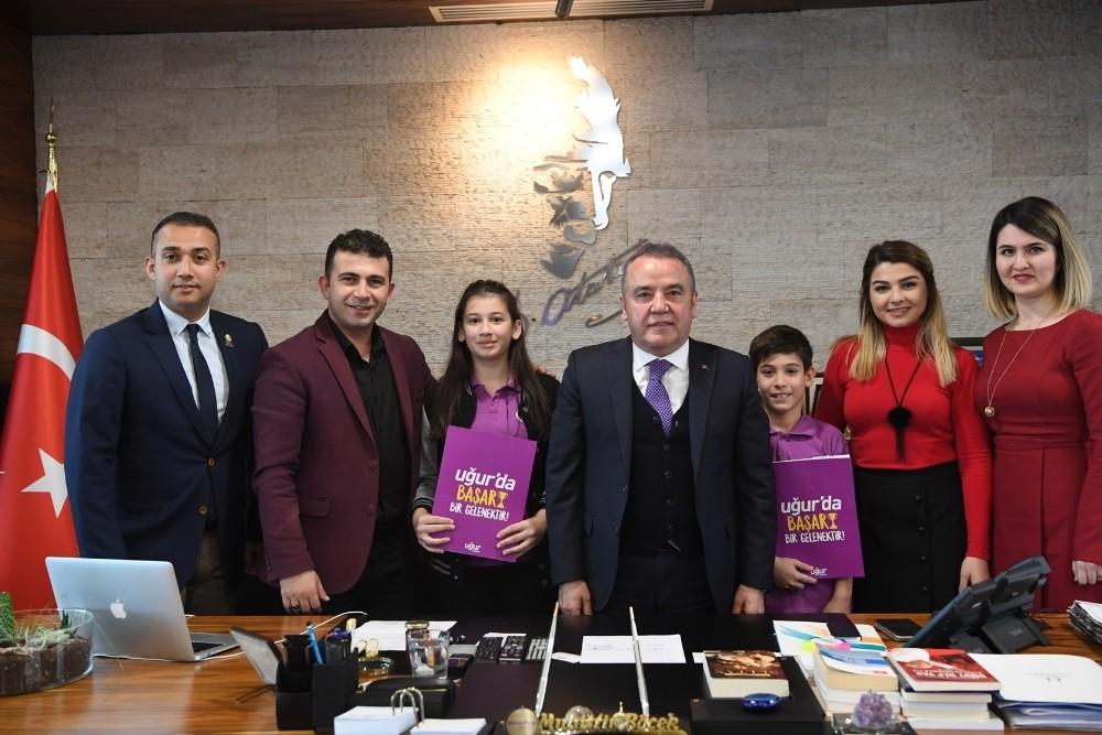 Başkan Böcek'ten öğrencilere destek