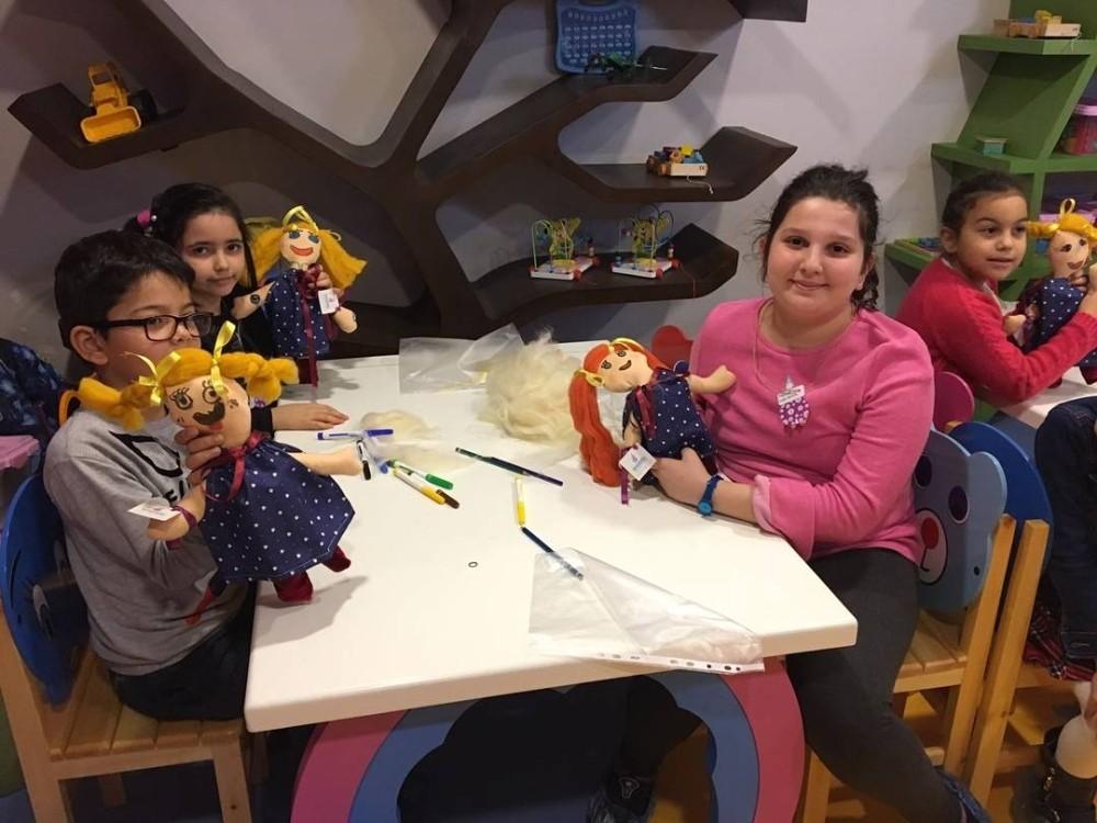 Çocuklar Oyuncak Müzesi'nde kendi bebeklerini yapıyor