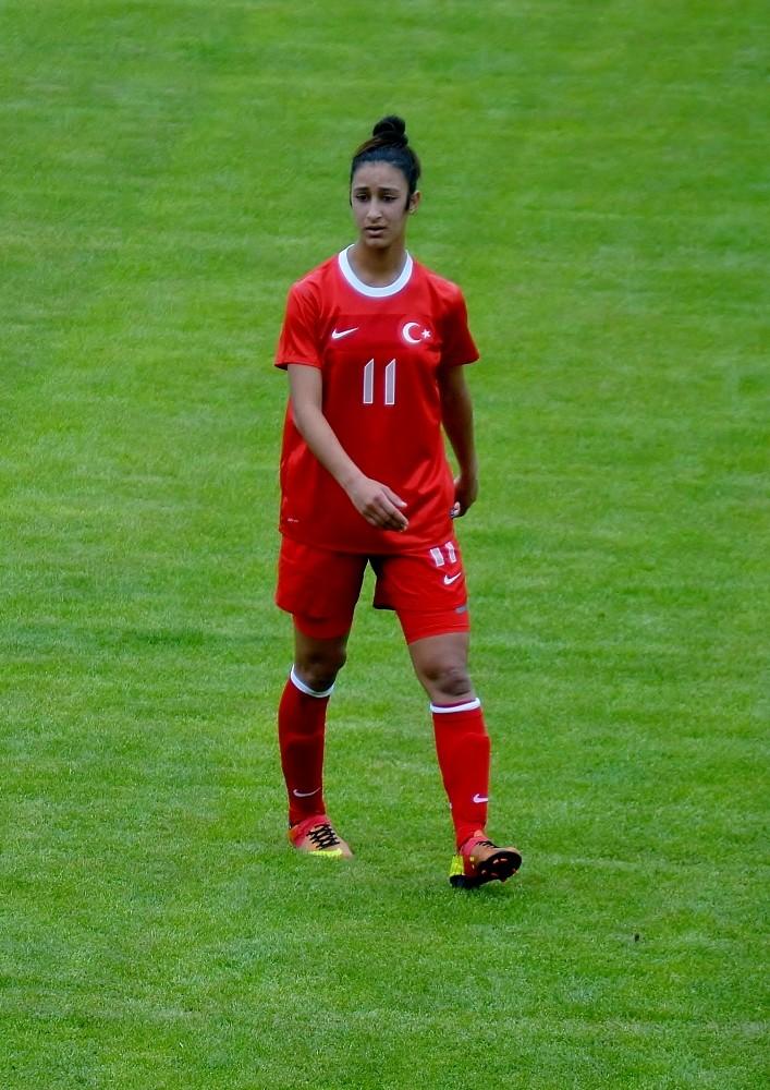 Döşemealtı kadın futbolcularına milli görev