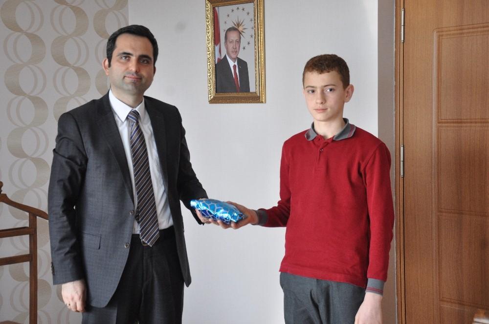 Finike Kaymakamı başarılı öğrencileri ödüllendirdi