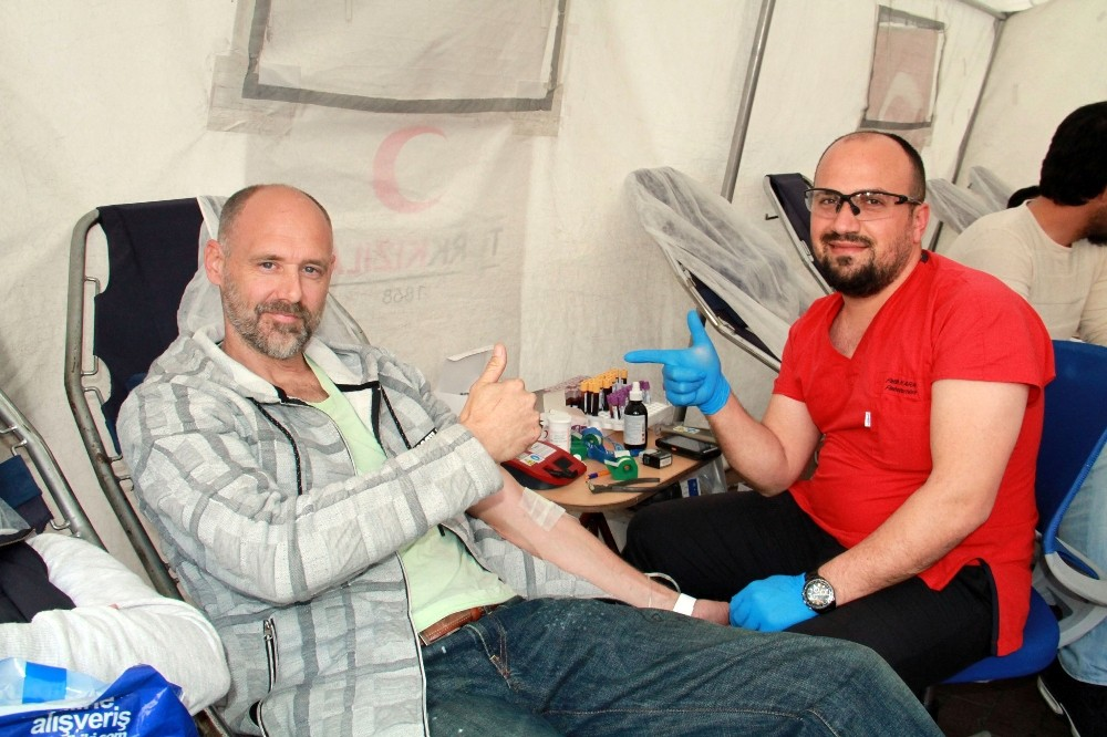 Hollanda vatandaşı Afrin'deki Mehmetçik için kan bağışında bulundu