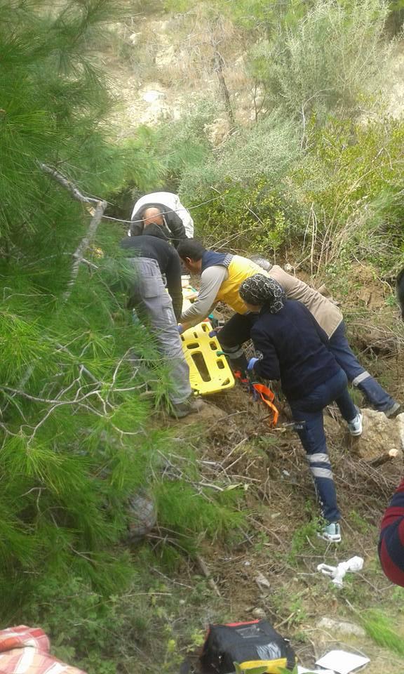 Manavgat'ta iş makinası uçuruma yuvarlandı: 3 yaralı