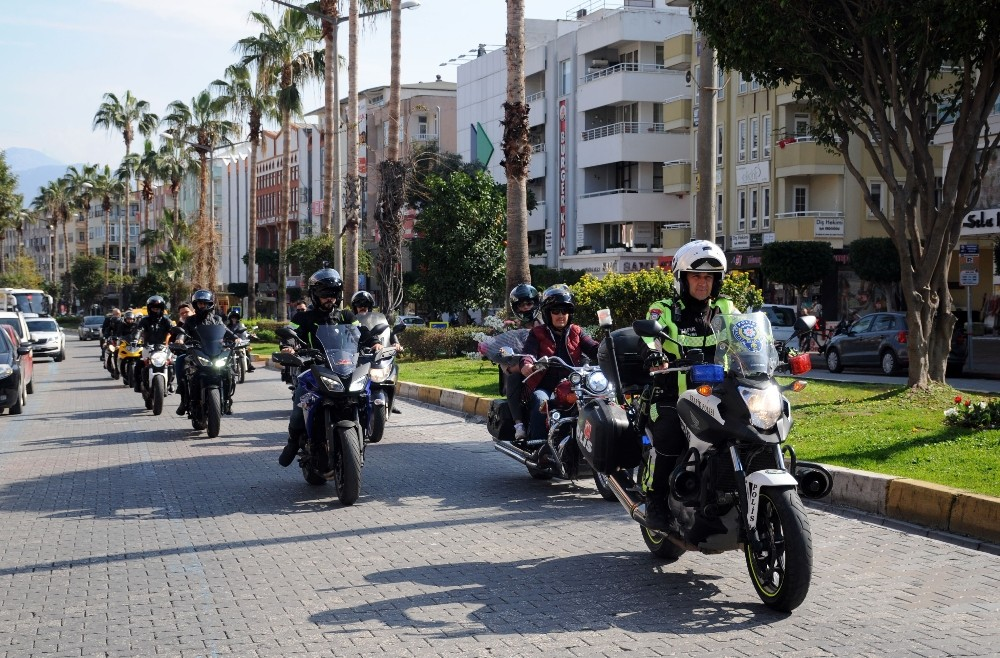 Motosikletçiler kortej yaparak kazada yaralanan anne ve oğlunu ziyaret etti