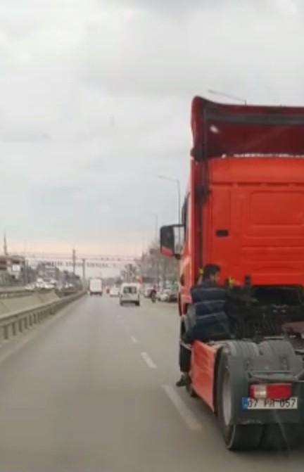 Tırın yakıt deposu üzerinde tehlikeli yolculuk