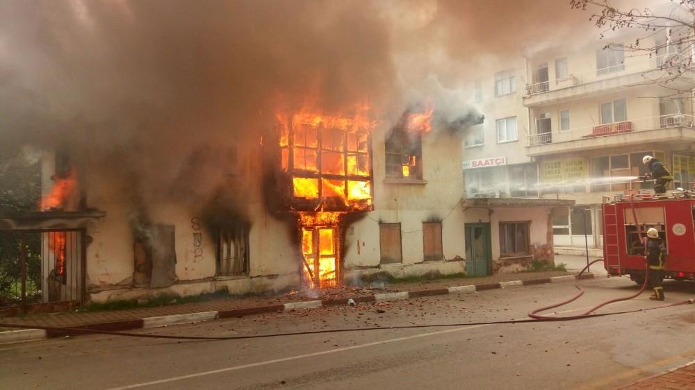 100 yıllık kerpiç bina alev alev yandı
