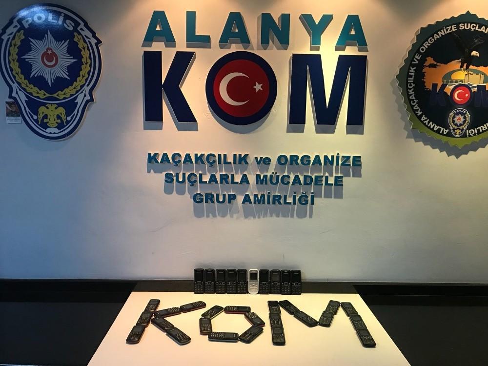 Alanya'da 33 adet kaçak cep telefonu ele geçirildi