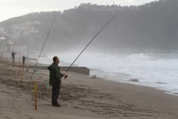 Alanya'da dalgaya karşı olta attılar