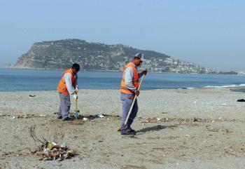 Alanya'da sahiller sezona hazırlanıyor