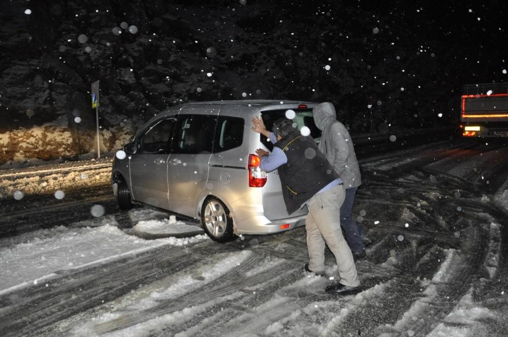 Antalya – Konya karayolunda kar yağışı trafiği olumsuz etkiledi
