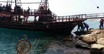 Antalya'da 25 yolcusu bulunan tur teknesi kayalıklara çarptı