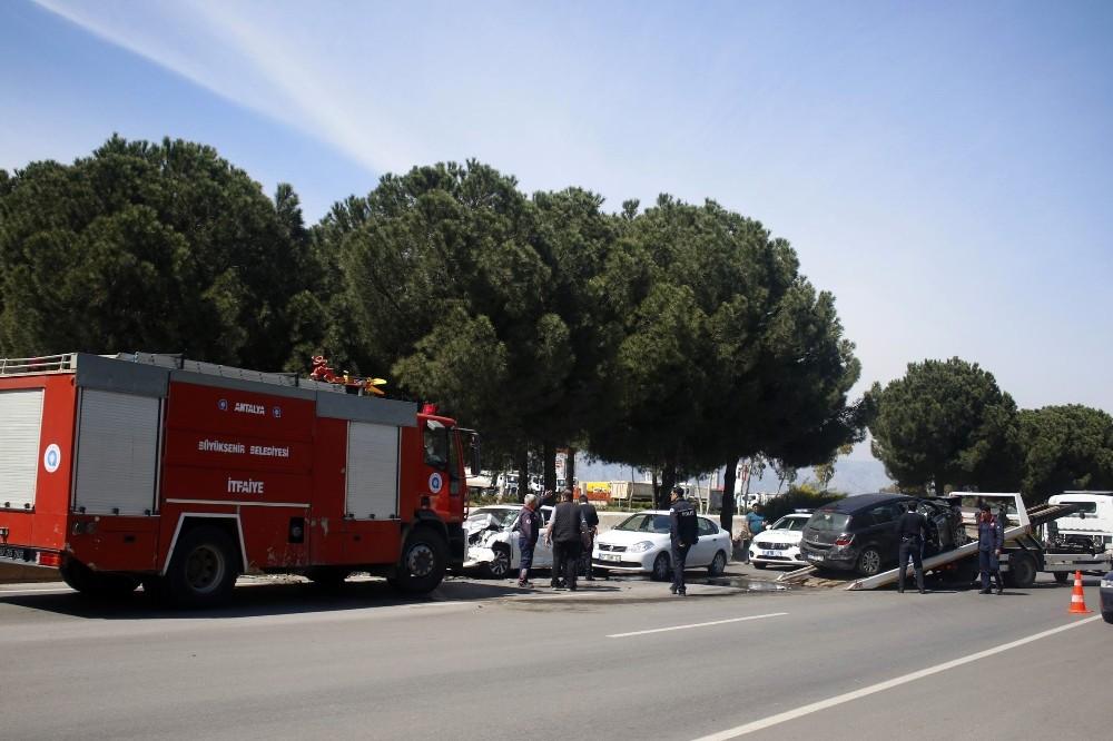Antalya'da 3 araçlı zincirleme kaza: 2 yaralı