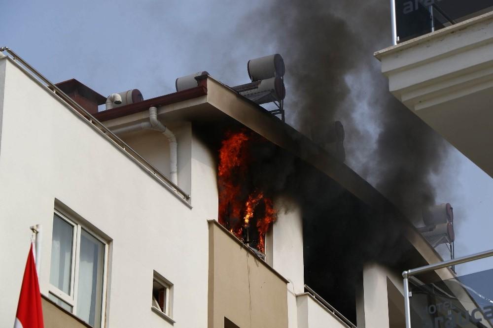 Antalya'da apart yangını korkuttu