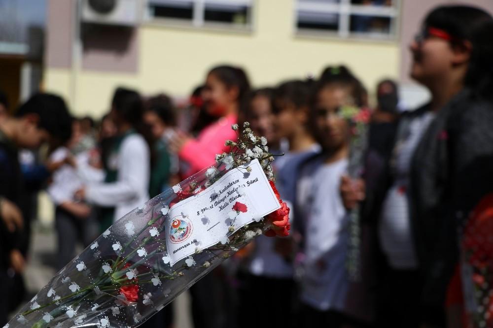 Antalya'da erkek öğrencilerden, Kadınlar Günü kutlaması