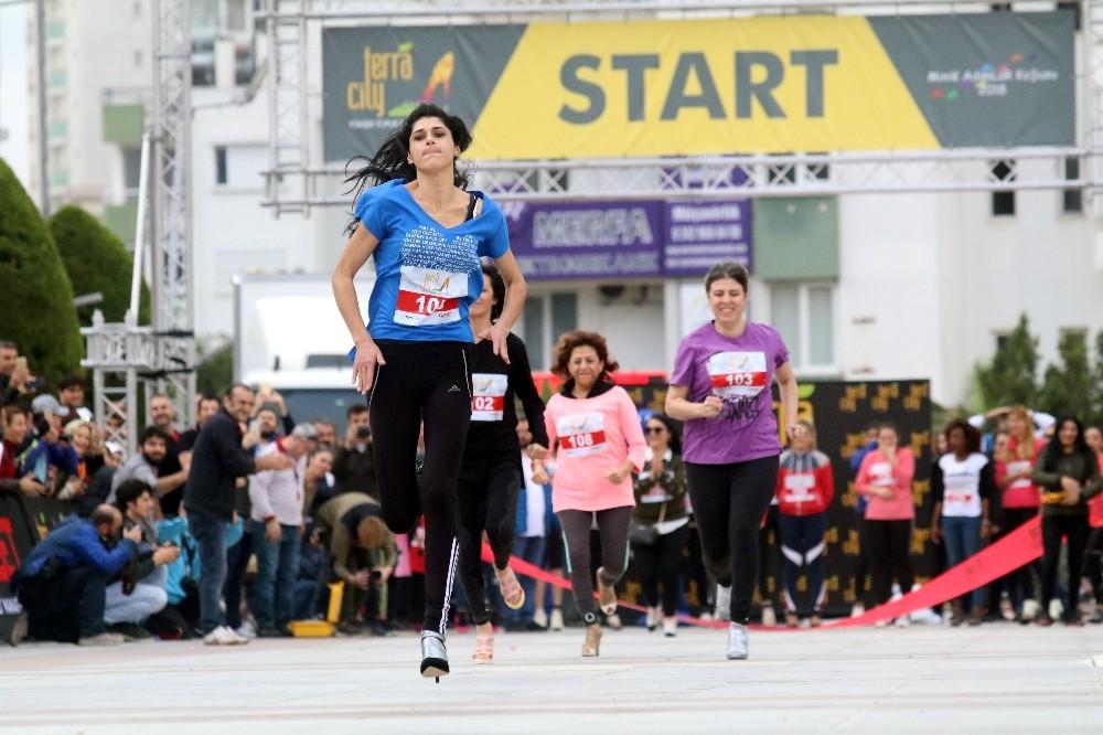 Antalya'da kadınlar yüksek topukla koştu