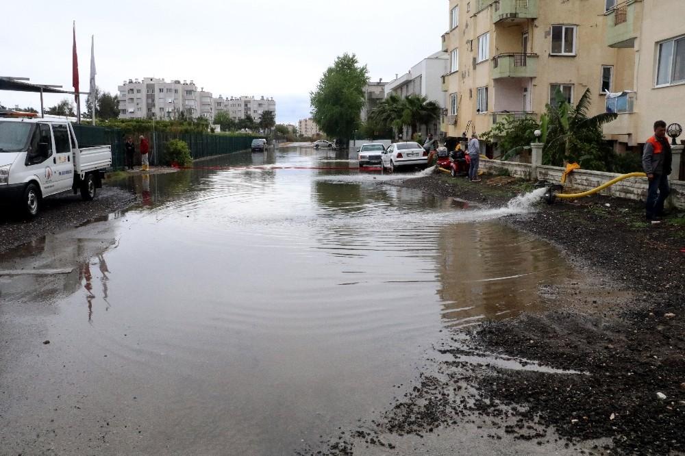 Antalya'da su basan evlerde tahliye işlemleri devam ediyor