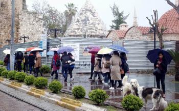 Antalya'da turistler yağmura aldırmadı