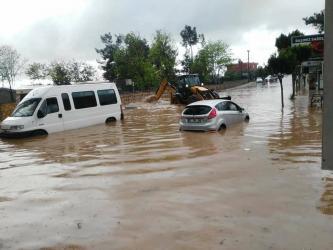 Araçlar su dolu yollarda kaldı