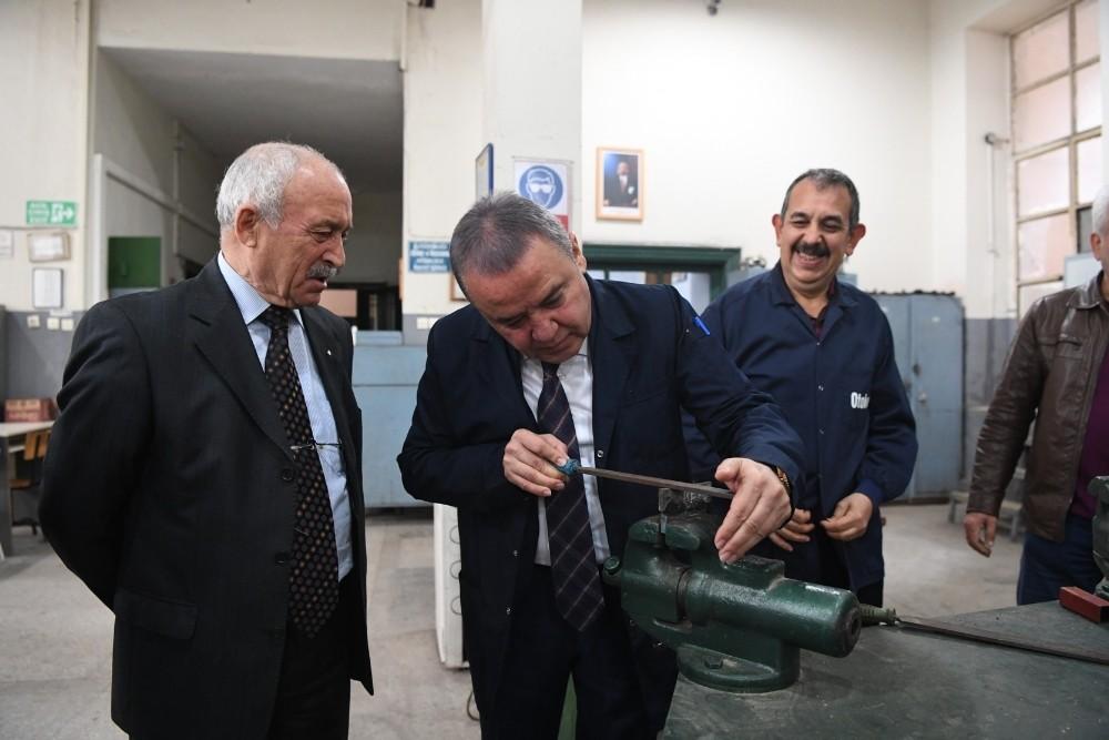 Başkan Böcek, iş önlüğü giyip eğe yaptı