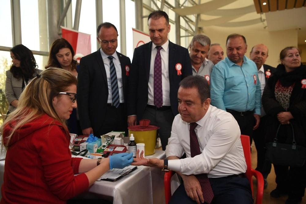 Başkan Böcek'ten kan bağışına destek