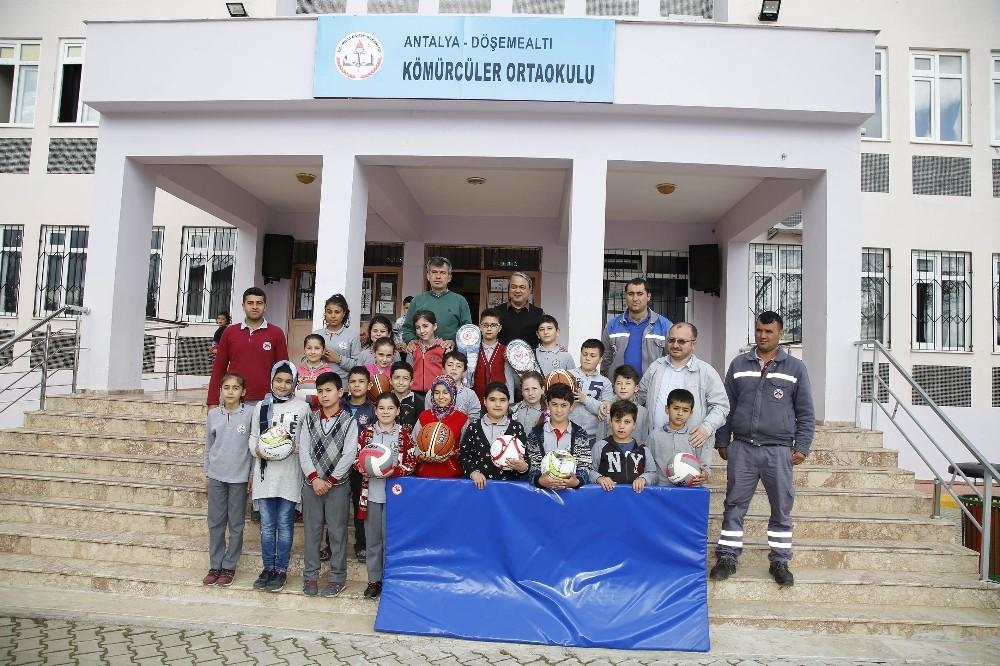 Döşemealtı Belediyesi'nden okullara spor malzemesi
