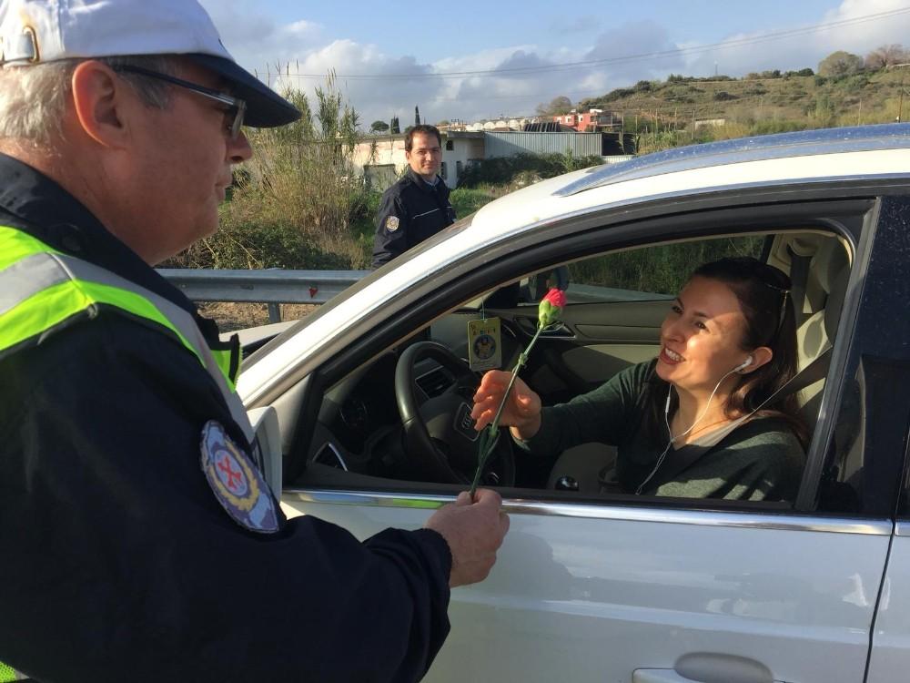Kadın sürücülere ve yolculara karanfil sürprizi