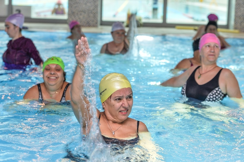 Muratpaşa'da kadınlardan su jimnastiğine yoğun ilgi