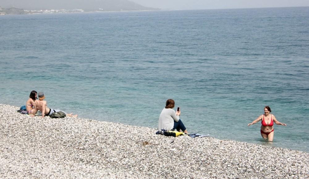Rus ve İranlı turistler plajlara indi