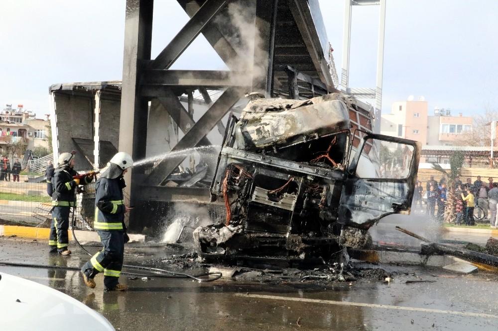Üst geçide çarpıp alev alev yanan tırın içerisindeki sürücüyü esnaf kurtardı