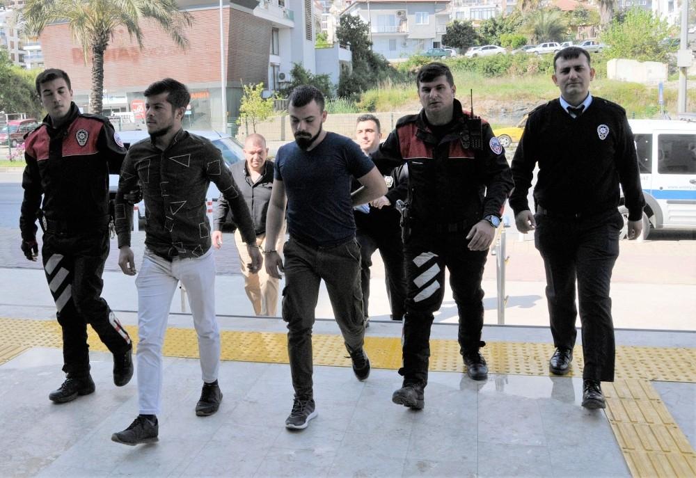 Alanya'da bıçaklı kavgaya karışan 2 kişi tutuklandı