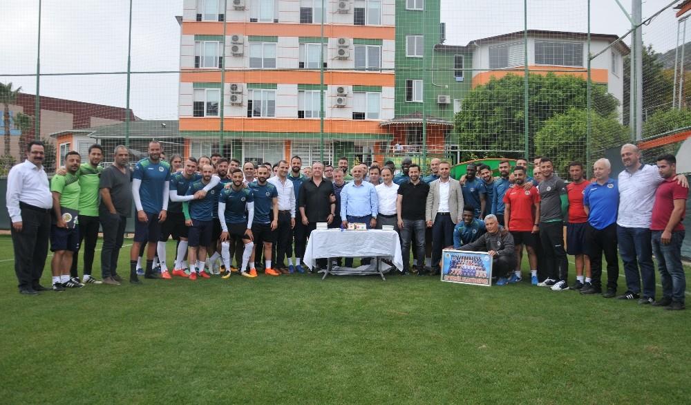 Alanyasporlu futboculardan Çavuşoğlu'na sürpriz kutlama