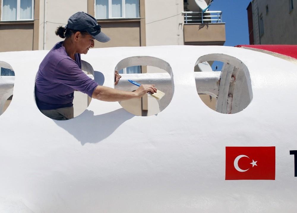 Antalya Havalimanı Dış Hatlar Terminaline 11 metrelik oyuncak uçak