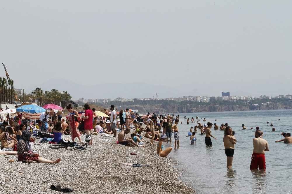Antalya'da yakıcı güneş tatilcileri denize döktü
