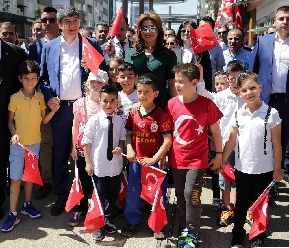 Başkan Türel çocuklarla birlikte yürüdü