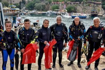 Başkan Uysal, deniz dibi temizliği öncesi deneme dalışı yaptı