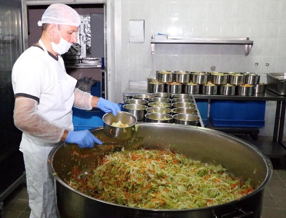 Büyükşehir'den her gün 2 bin 600 kişiye üç öğün yemek