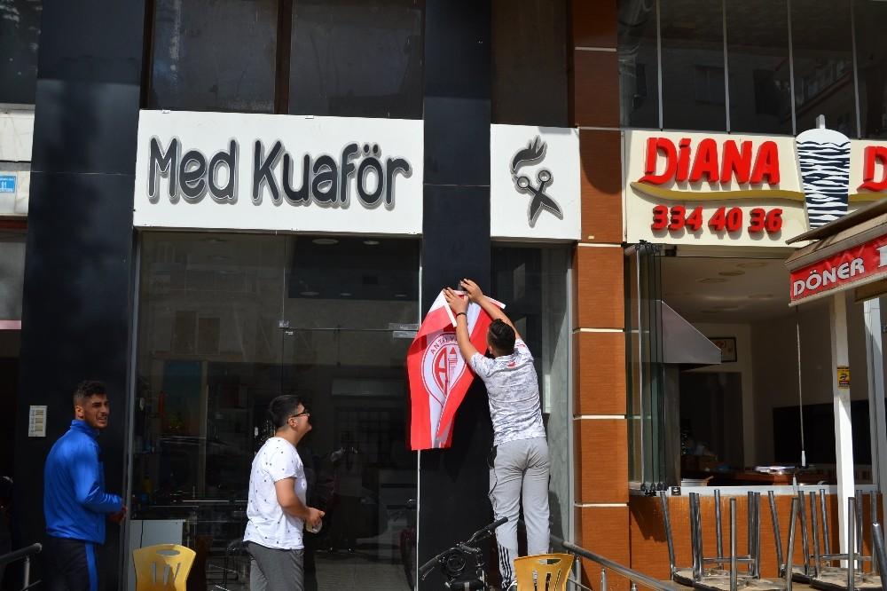 Esnafa 8 bin adet Antalyaspor bayrağı dağıtıldı