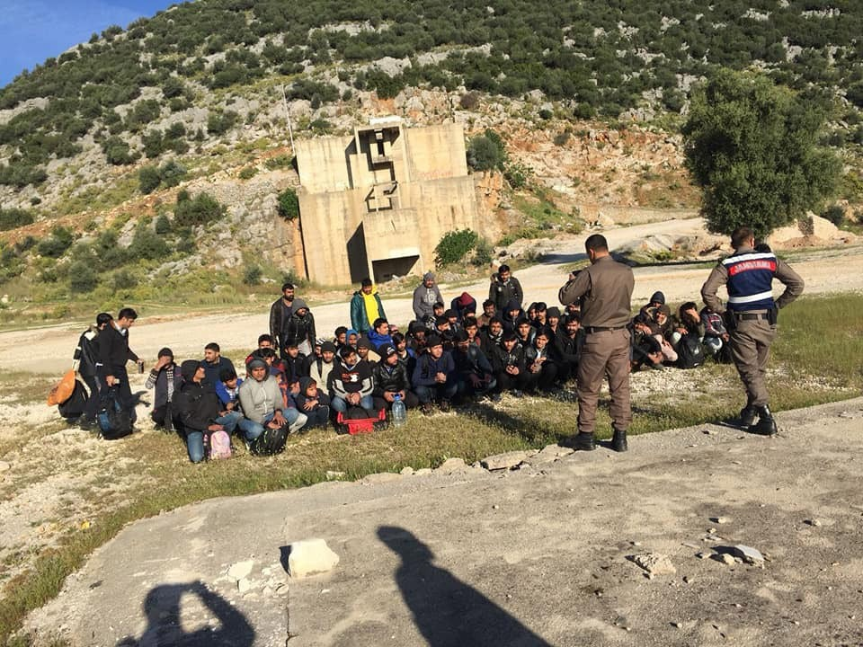 Kaçak göçmenleri yol kenarına bırakıp kaçtılar
