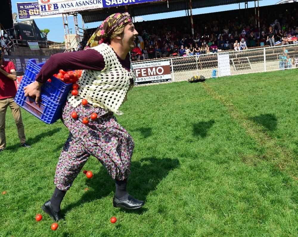 Kadınlar 1,5 dakikada 12 domates kasasını 50 metre taşımak için yarıştı