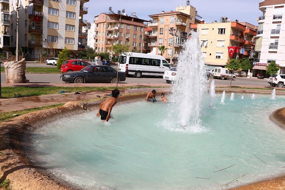 Kağıt toplayıcısı Suriyeli çocukların süs havuzunda tehlikeli eğlencesi