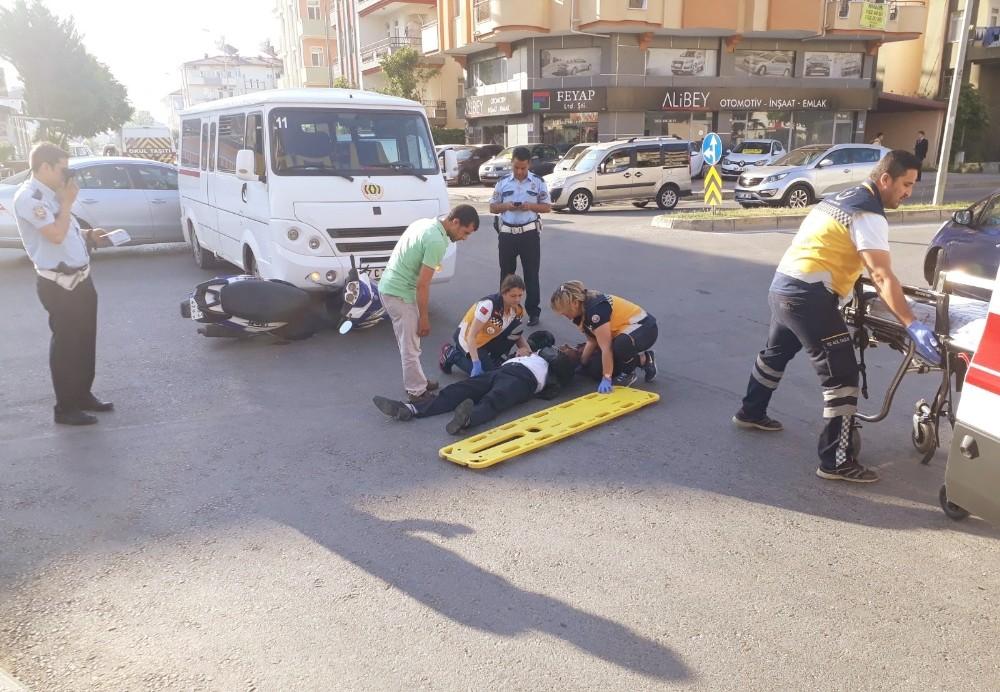 Manavgat'ta okul servisi motosiklete çarptı: 1 yaralı
