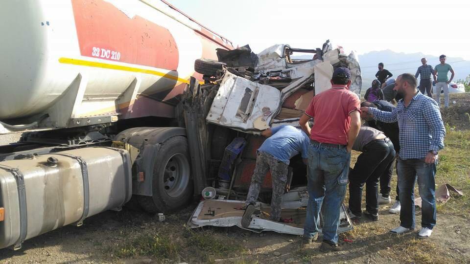 Öğrenci servisi ile yakıt depolu kamyon çarpıştı