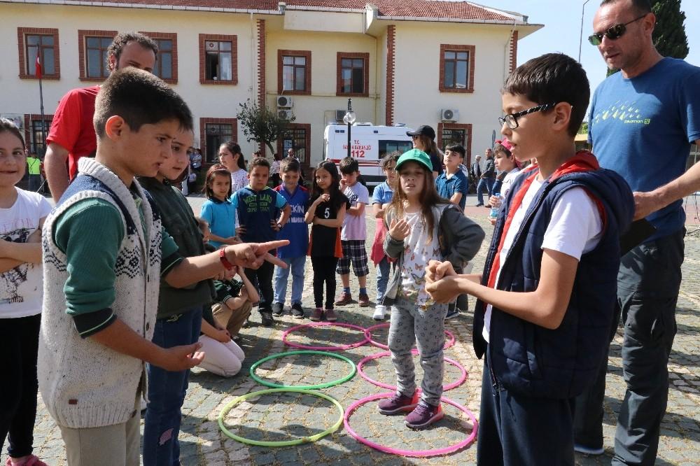 Öğrenciler anne babalarının çocukluk oyunlarını oynadı
