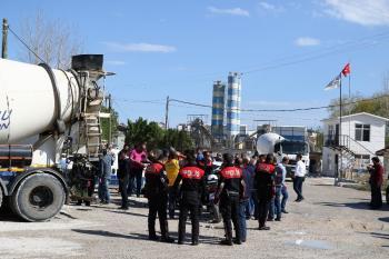 Polisten kaçan şüpheliler beton mikserine çarpınca yakalandı.