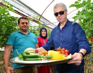 Sanatçı Cengiz Kurtoğlu festivalde seraları gezip ürünlerin tadına baktı