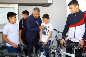 Sözen'den çocuklara bisiklet