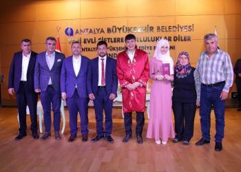 """Türel'den, nikahını kıydığı AK Partili başkana """" Balayınızı uzatmayın seçim var """" hatırlatması."""