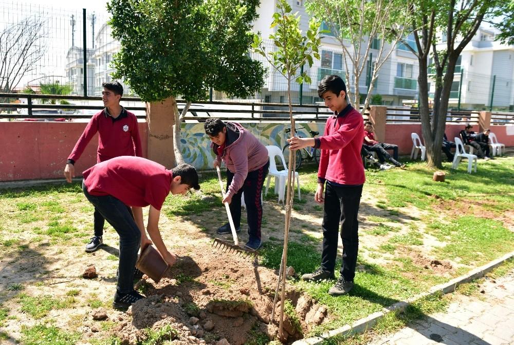 Tütüncü, öğrencilerle okul bahçesini ağaçlandırdı