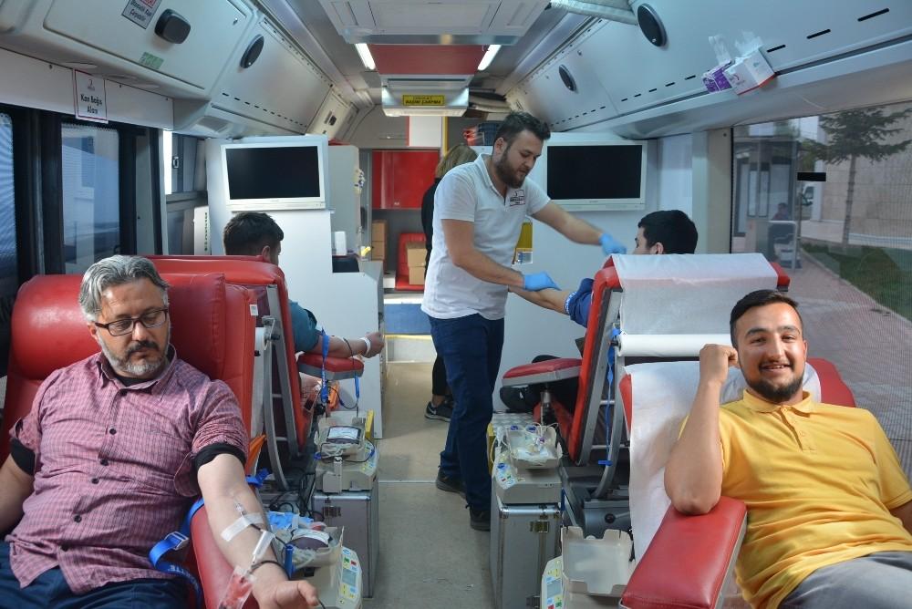 Üç günde 300 ünite kan bağışı